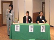 4会場すべてに参加し、わかりやすく協働シンポジウムを報告していただいた関由起子委員長(左)。